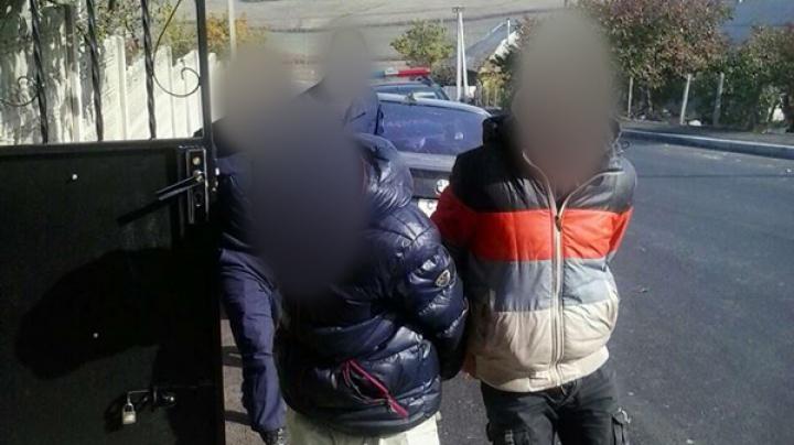 Doi tineri, aflaţi în căutare, prinşi de poliţiştii de frontieră în timp ce încercau să fugă din ţară