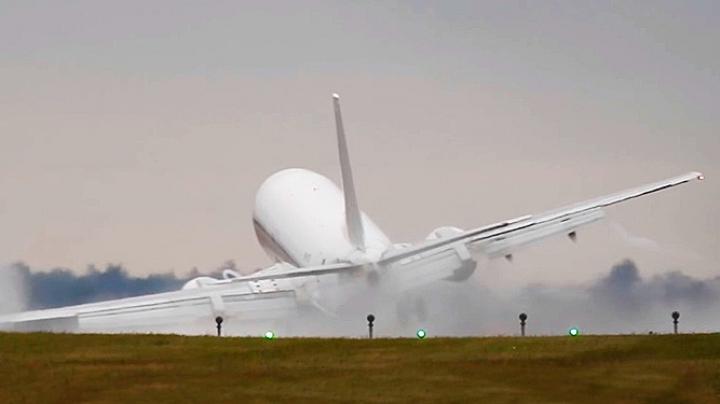LA UN PAS DE CATASTROFĂ! Un Boeing a fost luat de vânt în momentul aterizării (VIDEO)