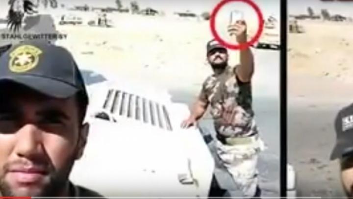 (VIDEO) Un soldat irakian şi-a făcut SELFIE chiar atunci când în spatele său A EXPLODAT o maşină-capcană