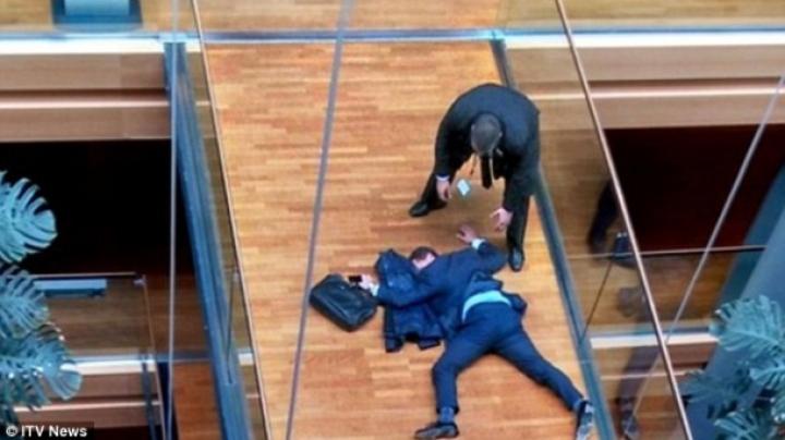 Un eurodeputat, în STARE CRITICĂ după ce a fost LOVIT cu PUMNUL de un coleg (FOTO)
