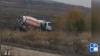 TUPEU FĂRĂ MARGINI! Şoferul unei betoniere îşi spală maşina direct în câmp (VIDEO)
