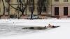 IMAGINI EMOŢIONANTE! Un bărbat salvează un câine dintr-un lac îngheţat (VIDEO)