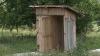 WC-ul moldovenilor de la sate: Din cărămidă, lemn sau beţe de floarea soarelui (VIDEO)