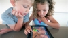Utilizarea telefoanelor şi tabletelor înainte de somn afectează sănătatea copiilor: E nervos, plânge