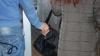 Hoți de buzunare în microbuzele de pe linia 103 şi 166. Doi indivizi, prinşi în flagrant delict (VIDEO)