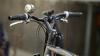 L-A BĂTUT BARIERA! Un biciclist beat s-a făcut de râs (VIDEO)