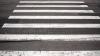 NĂSCUT ÎN CĂMAŞĂ! La un pas de a fi SPULBERAT pe trecerea de pietoni de un vehicul (VIDEO)