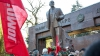 99 de ani de la Revoluţia Bolșevică: Zeci de nostalgici au depus flori la monumentul lui Lenin din Capitală
