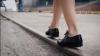 LA UN PAS DE ACCIDENT! O elevă traversa neregulamentar şi cu căştile în urechi (VIDEO)