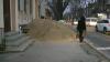 """""""Aşa-i la noi!"""" Un morman de nisip de pe strada Bucureşti pune în pericol viaţa pietonilor"""