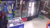 AU AMENINŢAT vânzătoarea şi au furat bani. Dacă îi cunoaşteţi, alertaţi imediat Poliţia (VIDEO)