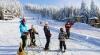 Planifici să-ţi petreci vacanţa de iarnă la munte? Unde le găseşti şi cât costă echipamentele pentru schi