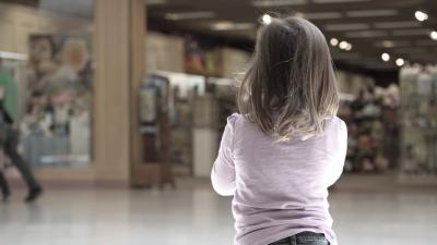 O fetiță de 3 ani a reușit să își salveze mama din mâinile unui violator