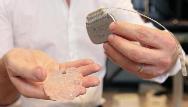 Un implant wireless în creier le-ar putea permite paraliticilor să meargă din nou (VIDEO)