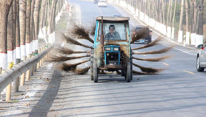 Haios, dar foarte practic. Au creat o mașină de curățat drumurile păstrând măturile din crengi (FOTO)