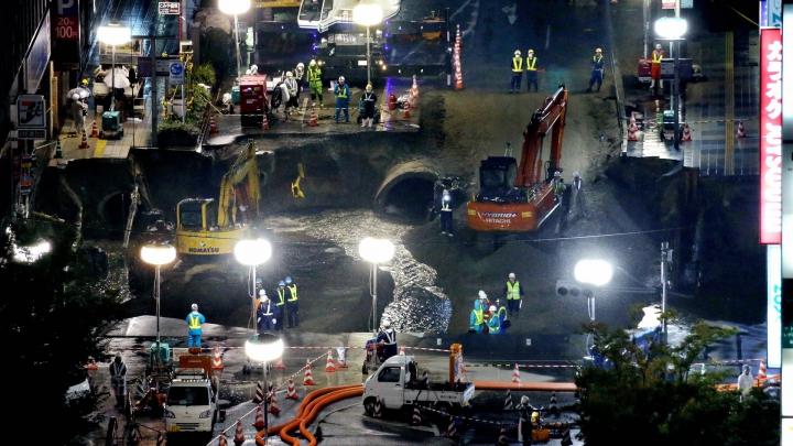 FANTASTIC! Cât de repede a fost astupată o groapă uriaşă de 20 de metri într-un oraş japonez (VIDEO)
