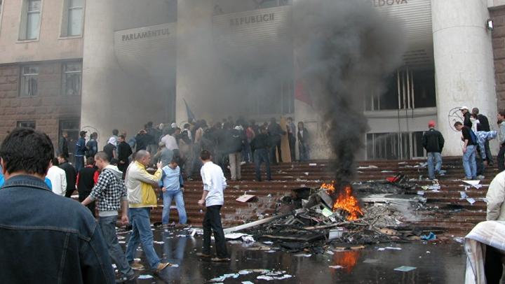 Doi polițiști, OBLIGAŢI să achite statului 50.000 lei pentru acțiuni de tortură comise în aprilie 2009