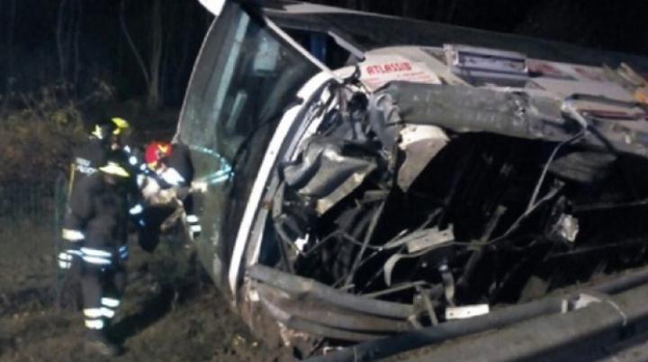 GRAV ACCIDENT în Italia: Un autocar cu cetăţeni români S-A RĂSTURNAT pe şosea. SUNT RĂNIŢI