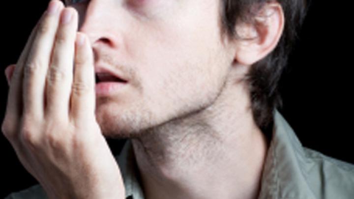 Simți un gust metalic sau îți miroase urât din gură? Ce spun aceste simptome despre starea ta de sănătate