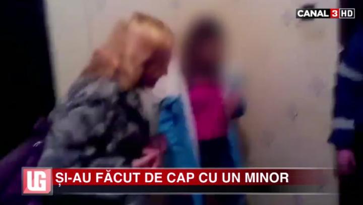 NO COMMENT: O mamă şi-a găsit fiul minor cu două fete goale în casă. Ce a urmat