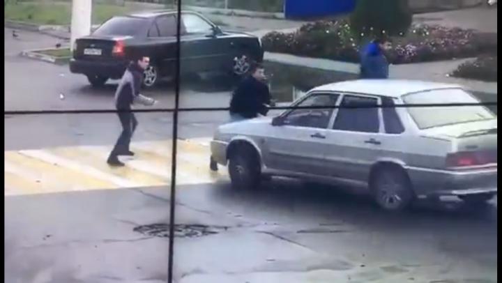 IMAGINI ŞOCANTE: După ce şi-au împărţit pumni, un bărbat a lovit cu maşina doi pietoni (VIDEO)