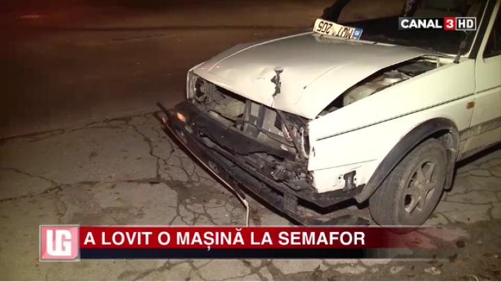 NEGLIJENŢĂ LA VOLAN! Un şofer în stare de ebrietate a lovit o maşină la semafor (VIDEO)