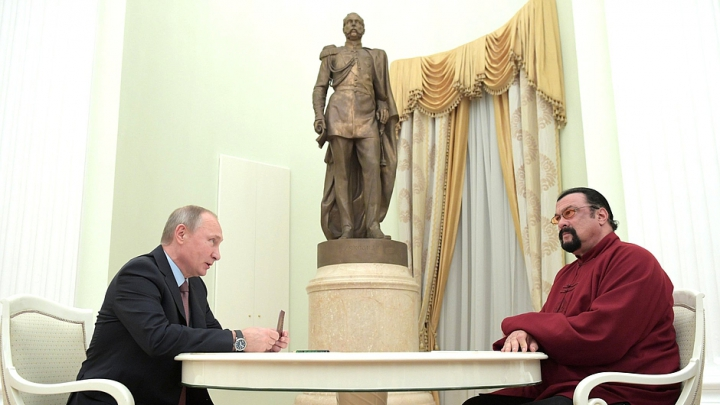 Vladimir Putin i-a dat pașaportul rusesc lui Steven Seagal (FOTO)