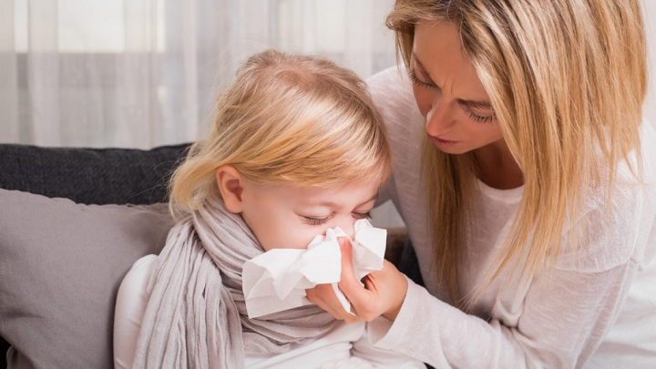 Viroze respiratorii şi răceli de sezon la copii. Cum treci mai uşor peste ele