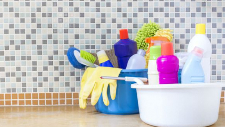 Ce să nu folosești niciodată la curățenia casei dacă ești alergică
