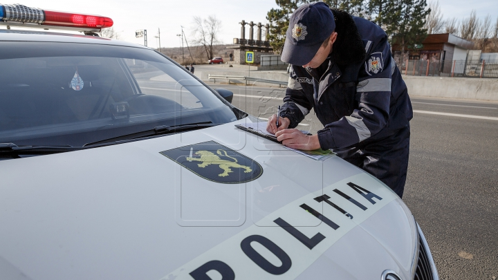 Şoferiţă indisciplinată! După ce a fost amendată A LUAT PE CAPOTĂ doi agenți de patrulare (VIDEO)