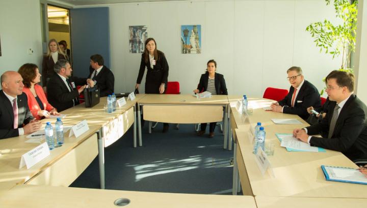 Întrevederi de rang înalt la Bruxelles. Pavel Filip s-a întâlnit cu Valdis Dombrovskis (FOTO)