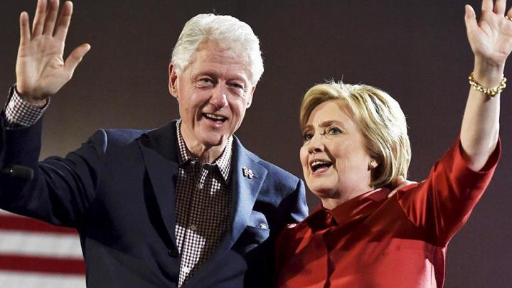 Ce mândru e Bill Clinton de soția lui! Ce i-a șoptit pe scenă când ea își ținea discursul