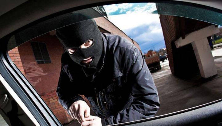 Doi infractori sunt căutaţi de poliţie. Au furat tot ce se putea dintr-un automobil parcat pe o stradă din Ciocana