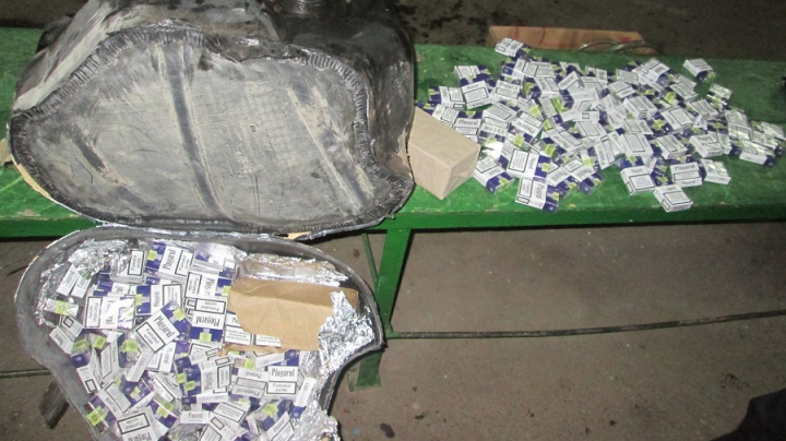 Peste 11.000 de ţigarete nedeclarate, confiscate de vameşi (FOTO)