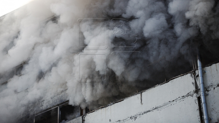 Pompierii au LICHIDAT incendiul din Sectorul Ciocana, la peste 30 de ore de luptă cu flăcările