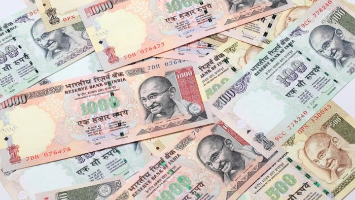 Guvernul Indiei a eliminat peste noapte bancnotele mari. MOTIVUL