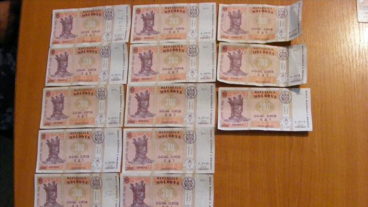 Bani ascunşi în lenjeria intimă a unei femei, destinaţi pentru un puşcăriaş