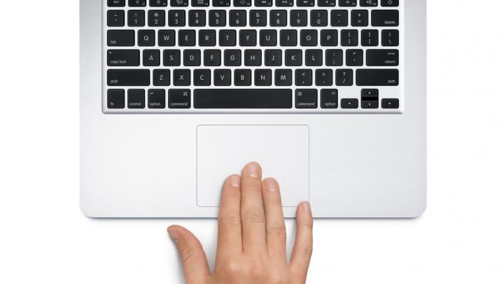 """INTERESANT! Cum """"tragi"""" o fereastră sau un fișier pe Mac, folosind trei degete"""