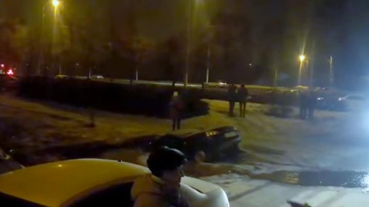 Pur şi simplu A DISPĂRUT! O Lada Kalina a fost înghițită de o groapă plină cu apă (VIDEO)