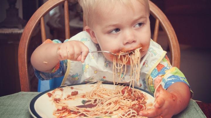 VIRAL PE INTERNET! Bebeluşul care ştie să savureze momentul (VIDEO)