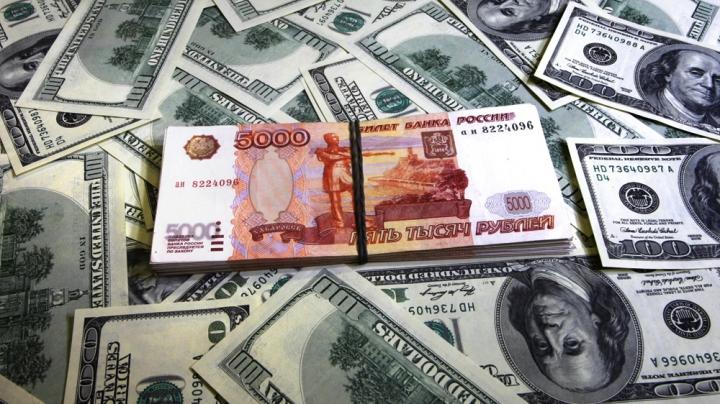 În plină criză economică, funcţionarii ruşi vor avea salarii mai mari