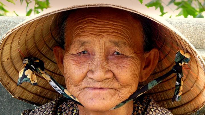 O bătrână de 100 de ani i-a rugat pe specialişti să o facă din nou tânără. Vezi ce le-a reuşit (VIDEO)