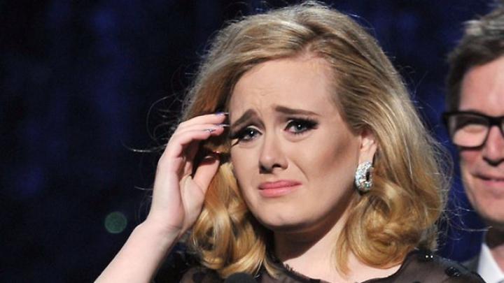CLIPE DE GROAZĂ pentru Adele. Interpreta britanică ATACATĂ în timpul unui concert (VIDEO)