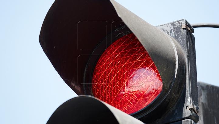 Un şofer amețit de alcool nu a observat culoarea roșie a semaforului. Ce a urmat (VIDEO)