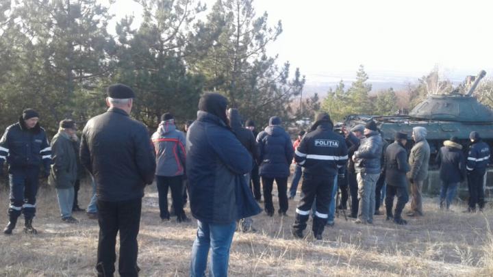 Deputaţi şi simpatizanţi ai PSRM au înnoptat lângă tancul din Corneşti. De ce le este frică (FOTO)
