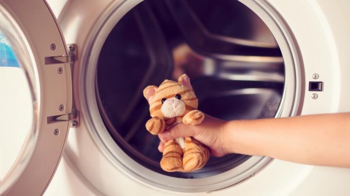 CAZ ŞOCANT! O fetiţa de doi ani A RĂMAS BLOCATĂ în cuva maşinii de spălat (VIDEO)