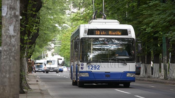 TRAGEDIE în Capitală: Un bărbat A MURIT SUBIT în timp ce călătorea cu troleibuzul
