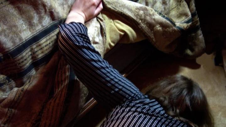 TERIFIANT! Au simţit un miros ciudat în cameră. Când s-au uitat sub pat, AU TRESĂRIT (FOTO)