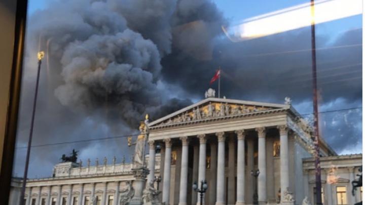 Incendiu la Parlamentul Austriei din Viena. Acoperişul A FOST CUPRINS DE FLĂCĂRI (VIDEO)