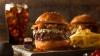 Cei mai scumpi burgeri din lume. Ingrediente de top şi bancnote de 100 de dolari pe post de ambalaj